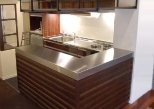 キッチン収納 2mm厚ステンレスを使用したキッチン