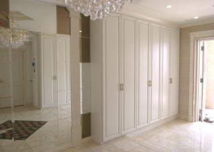 白塗装の扉