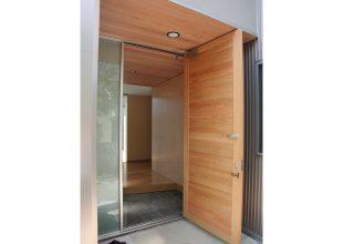 建具 屋外の框組建具の鍵付ドア