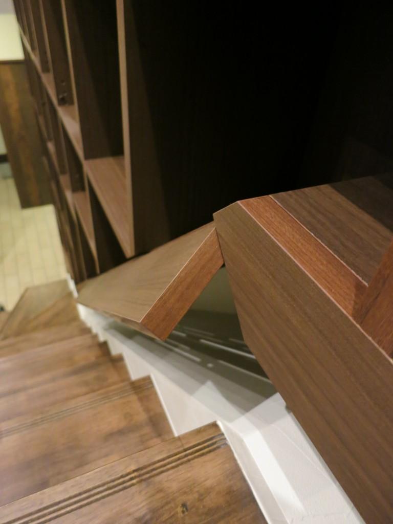 階段の隙間を利用した階段家具3