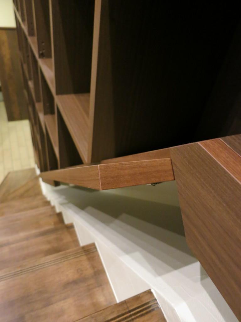 階段の隙間を利用した階段家具4