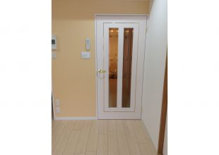 真鍮の象嵌をアクセントとしたリビングドアです。