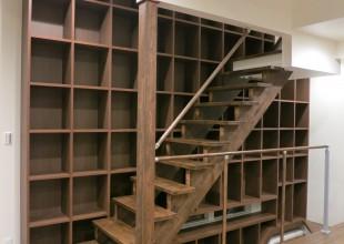 階段の隙間を利用した階段家具