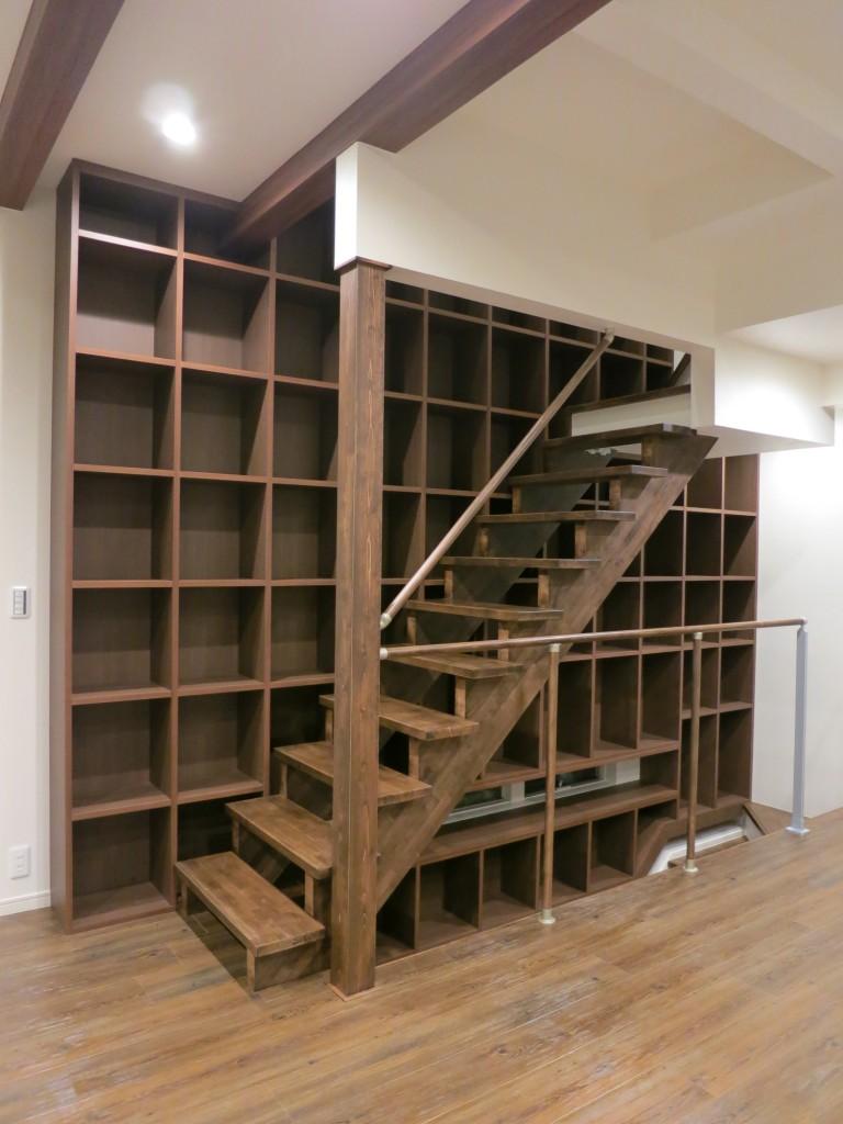階段の隙間を利用した階段家具5