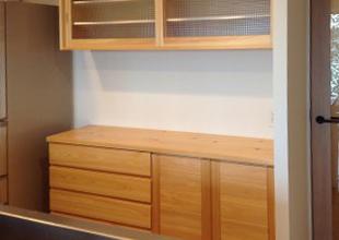 ナラ突板材とほぼ同価格の、神奈川県産材家具・ヒノキ食器棚