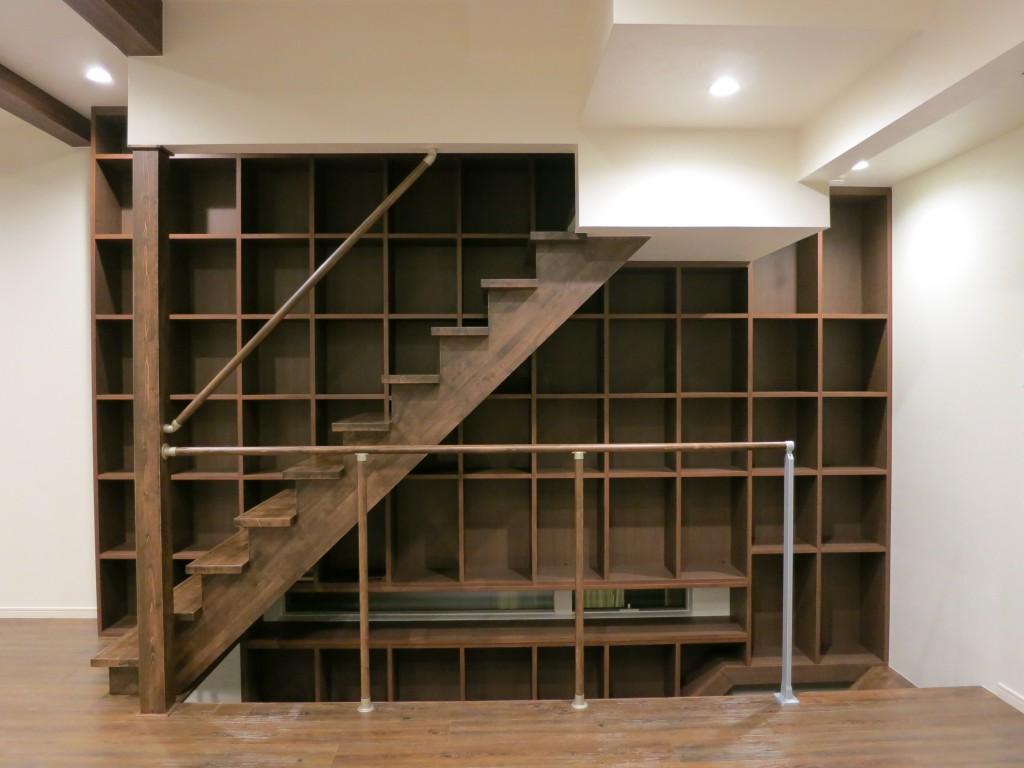 階段の隙間を利用した階段家具6