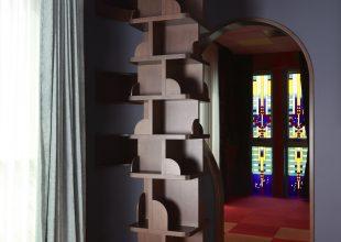 柱を囲うように設えた柱状本棚