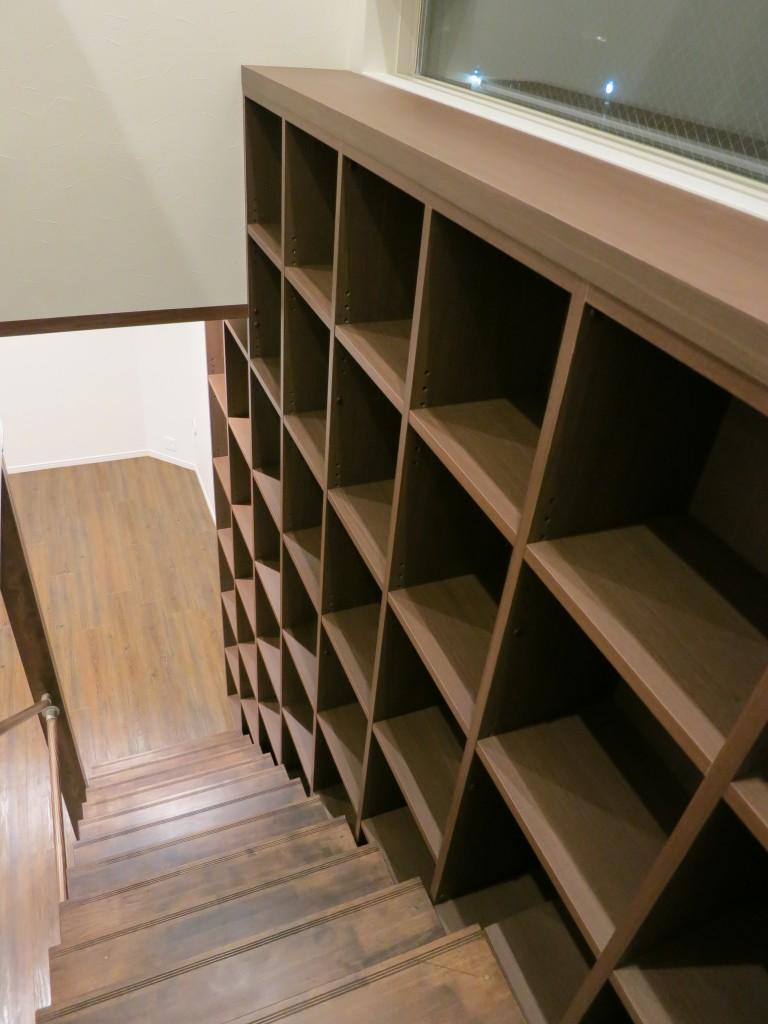 階段の隙間を利用した階段家具8