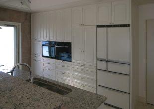 白を基調とした重厚感ある食器棚