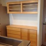 東京のオーダー家具ユウキが作ったナラ突板材とほぼ同価格の、神奈川県産材家具・ヒノキ食器棚