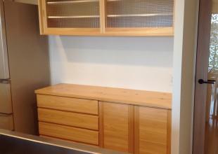神奈川県産材家具 ナラ突板材とほぼ同価格の、神奈川県産材家具・ヒノキ食器棚