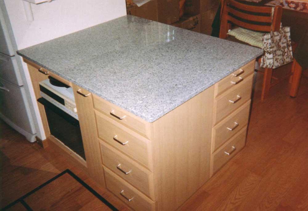 天然石の天板とナラ材のオーダーキッチンカウンター[1]