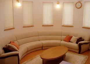 椅子・ソファ 革張りのラウンドソファ・アールソファー