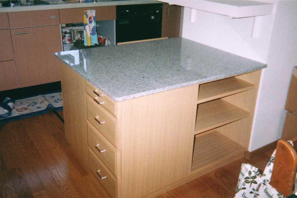 天然石の天板とナラ材のオーダーキッチンカウンター[2]
