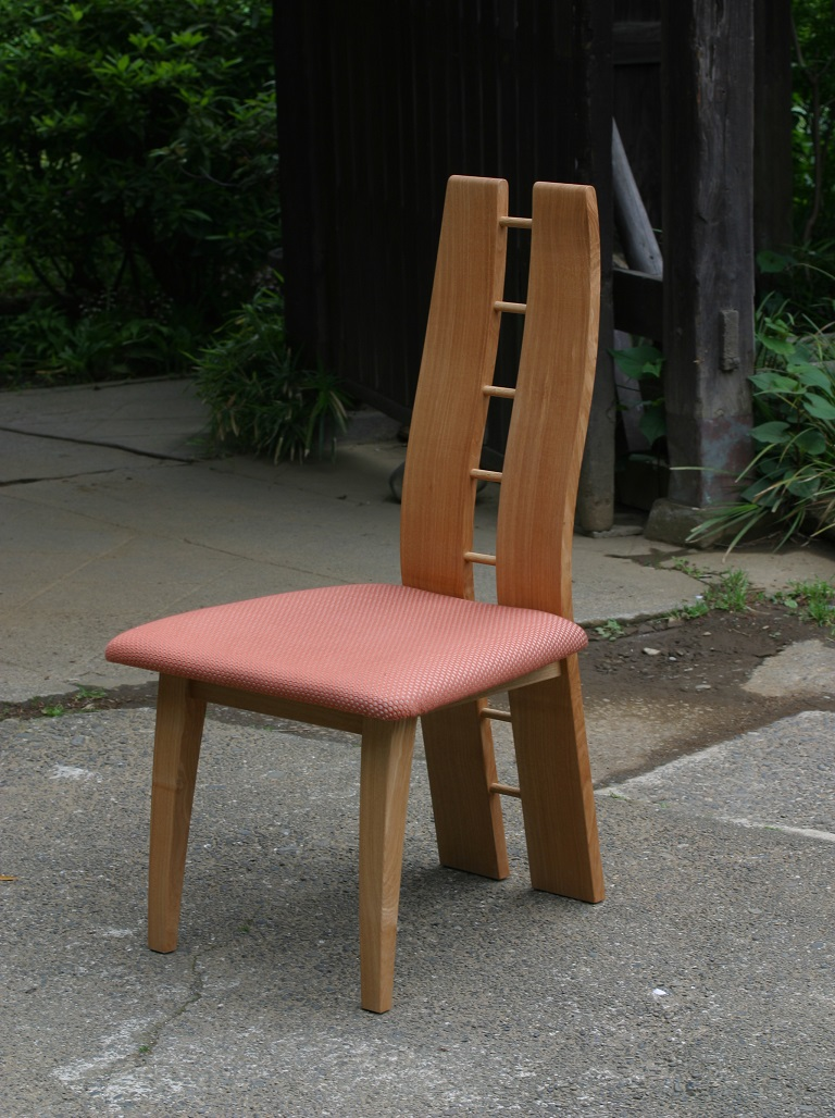 背もたれに意匠を凝らした椅子[1]