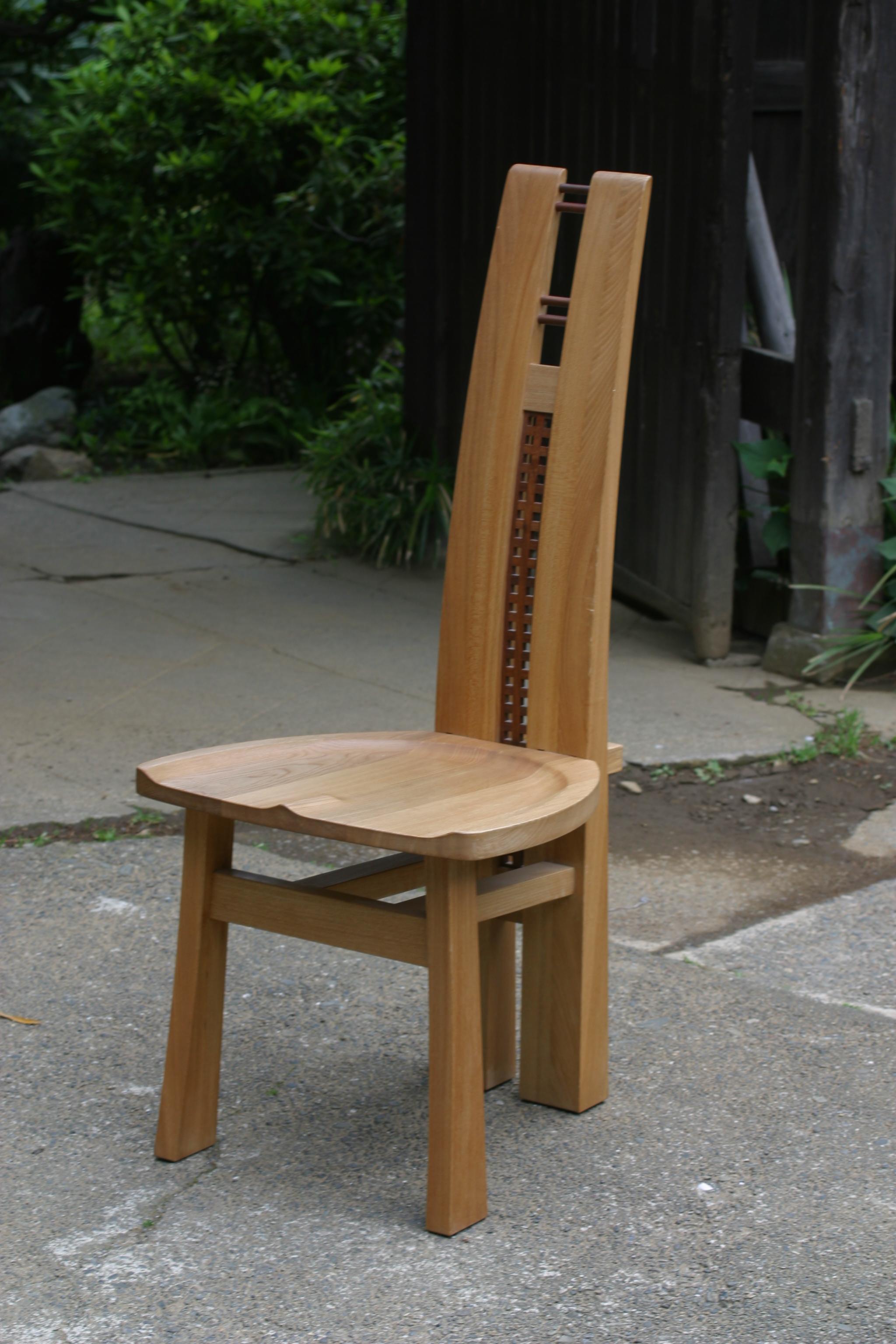 背もたれに意匠を凝らした椅子[2]