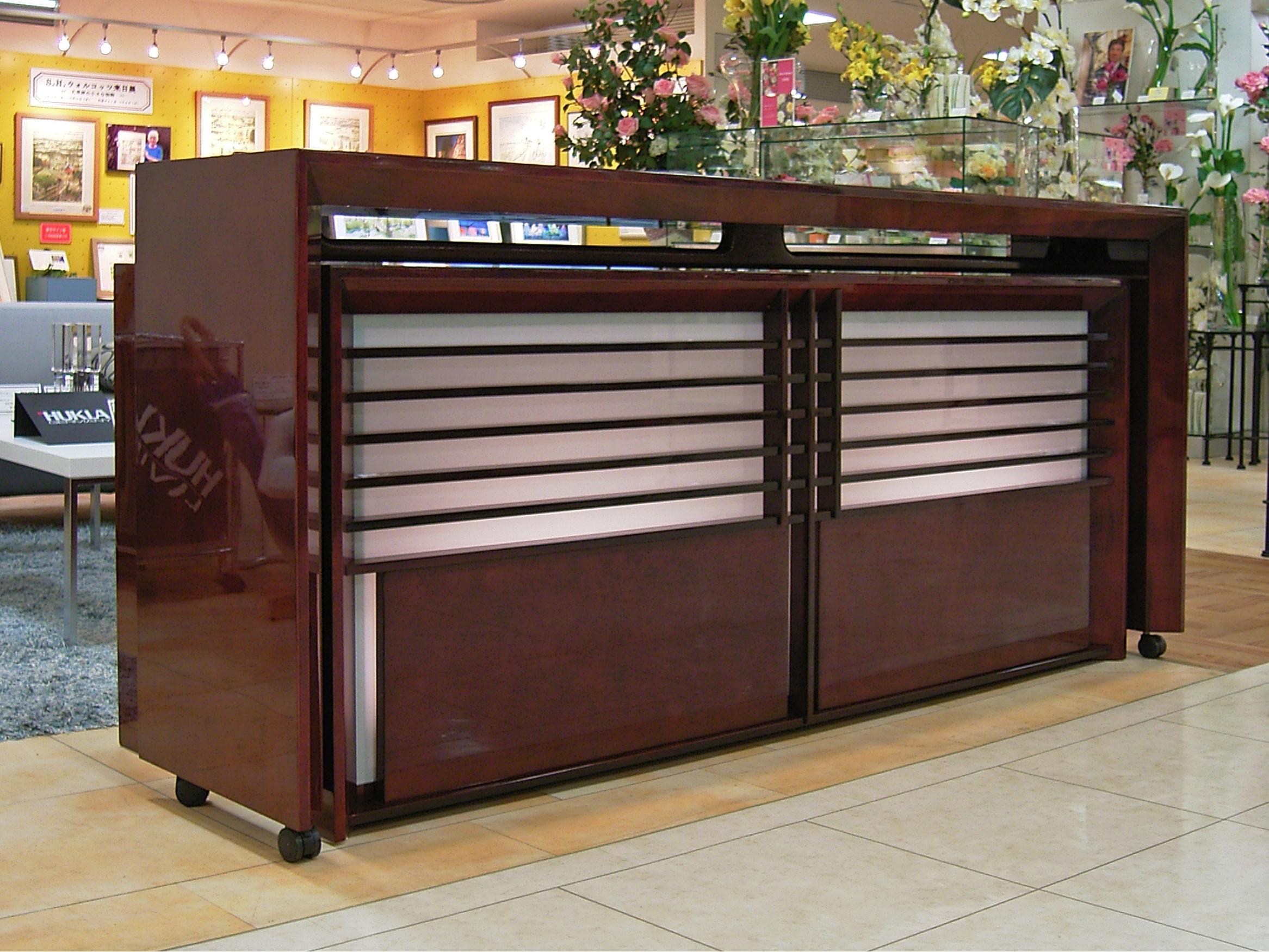 百貨店様展示用 バーズアイメープル材の鏡面塗装カウンター収納2