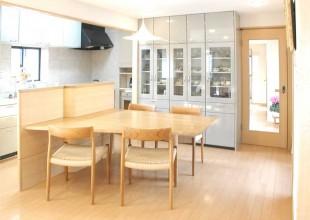 間仕切りも兼ねたキッチン収納付きテーブル
