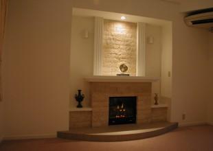 上品さと柔らかな色合いを持った暖炉