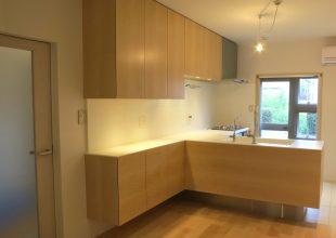 メープル材(板目)を使用した対面式キッチン