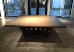 カナダが本社で、アパレルブランド店の接客テーブルを製作