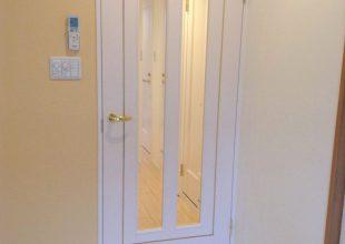 真鍮の象嵌をアクセントとした真っ白なリビングドア
