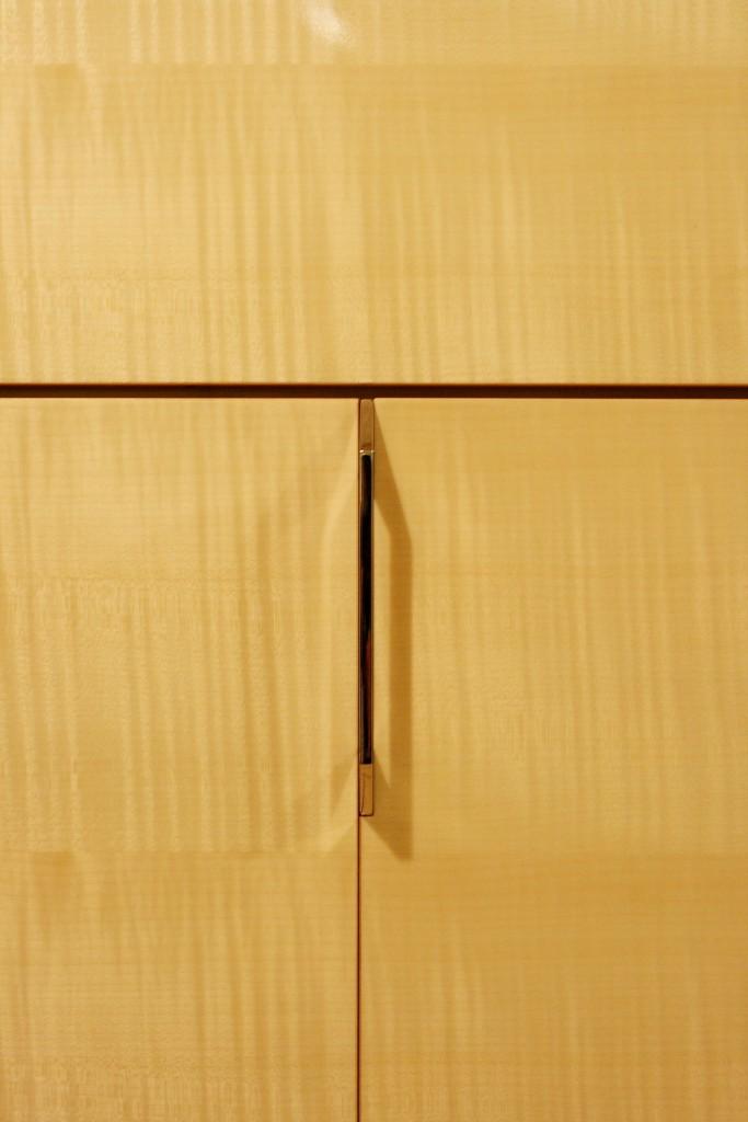 東京のオーダー家具屋の作る上品な高級本磨き鏡面収納