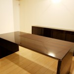 東京のオーダー家具ユウキが作った上品な高級本磨き鏡面収納とデスク