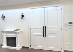 結婚式場のような大きな白いドア