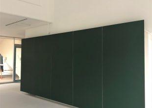 黒板塗装をした大きな扉