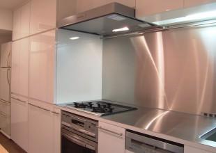 鏡面メラミン材のオーダーキッチン