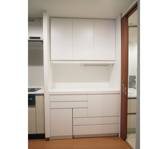 グラスをたくさん収納できる白いキッチン収納1