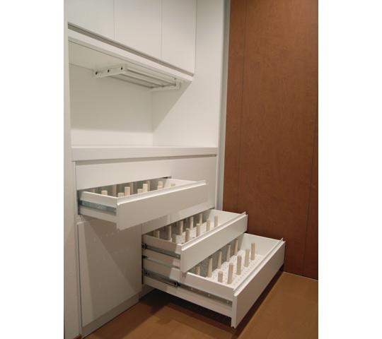 グラスをたくさん収納できる白いキッチン収納3