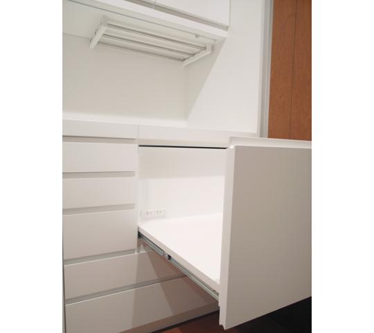 グラスをたくさん収納できる白いキッチン収納4