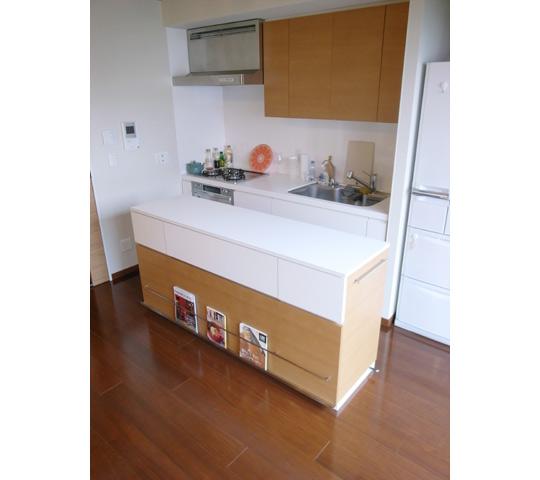 雑誌が飾れるキッチンカウンター2