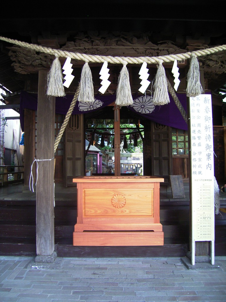 東京のオーダー家具屋の作るケヤキ材の菊名神社の賽銭箱