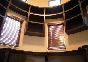 円筒形の書斎にあわせた360度家具
