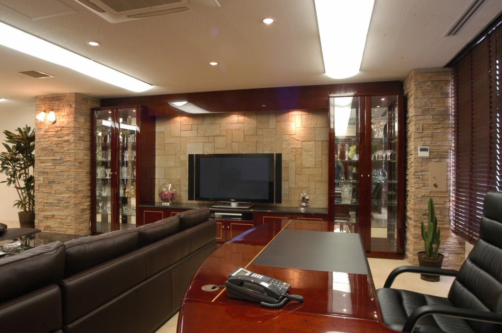 天然石とバーズアイメープルの高級感のあるテレビボードと飾り棚[2]