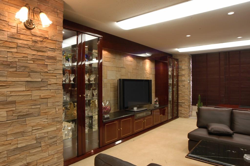 天然石とバーズアイメープルの高級感のあるテレビボードと飾り棚[3]