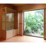 東京のオーダー家具ユウキが作った裏庭の景色を邪魔しないバーズアイメープルの飾り棚