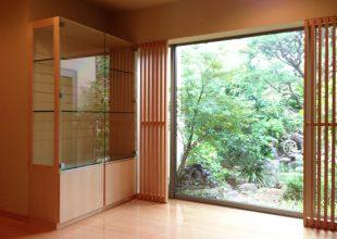 裏庭の景色を邪魔しないハードメープルの飾り棚