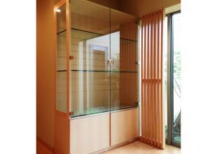 ガラス・ステンレス家具 裏庭の景色を邪魔しないバーズアイメープルの飾り棚