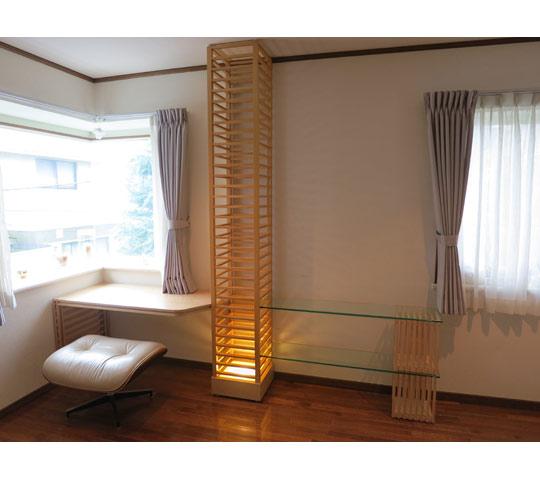 格子柱を利用して制作したデスク兼飾り棚1