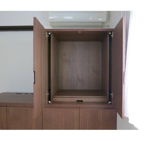 フローリングの洋間に合わせたシンプルなデザインの仏壇収納2