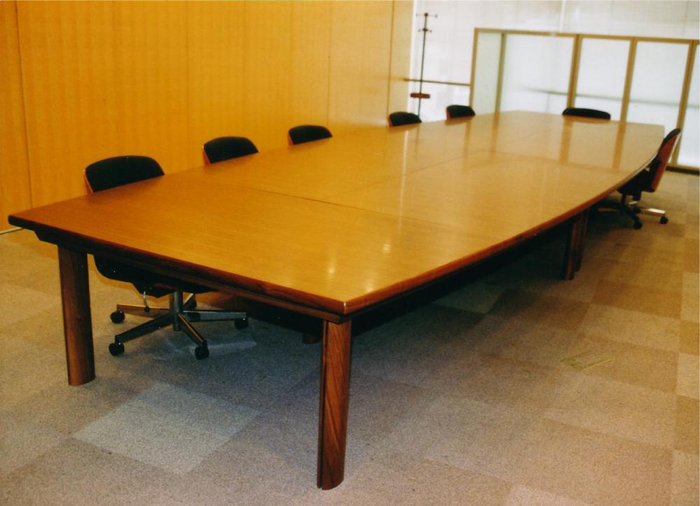 分割使用も可能な会議室テーブル[1]