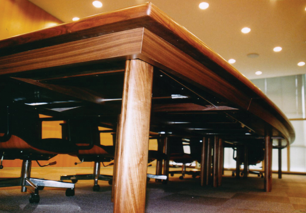 分割使用も可能な会議室テーブル[2]