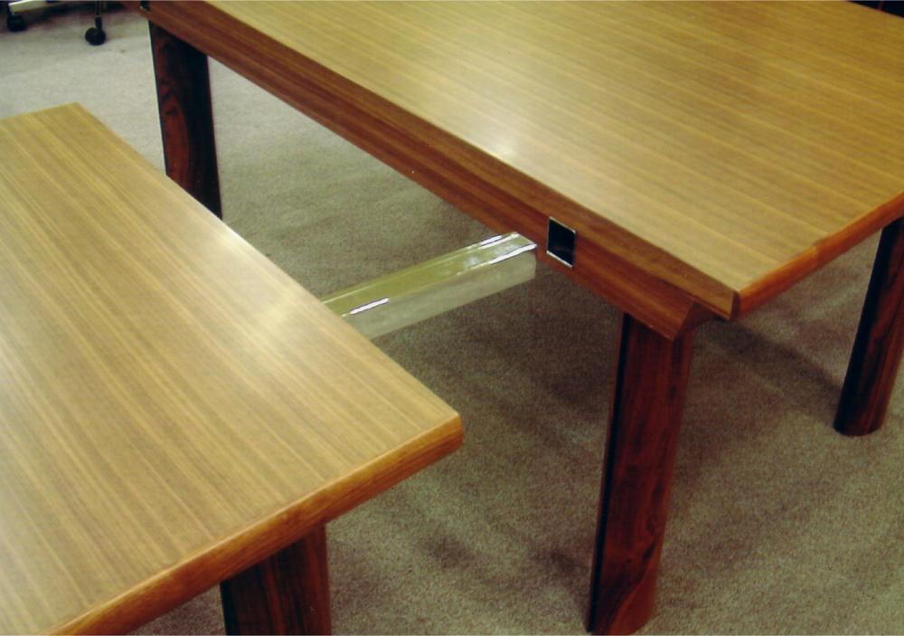 分割使用も可能な会議室テーブル[3]