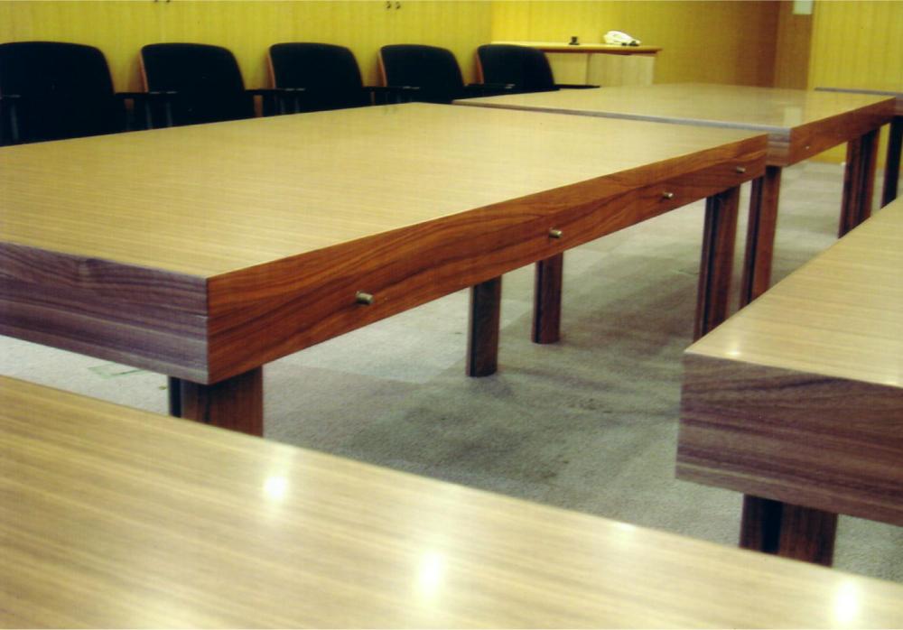 分割使用も可能な会議室テーブル[4]