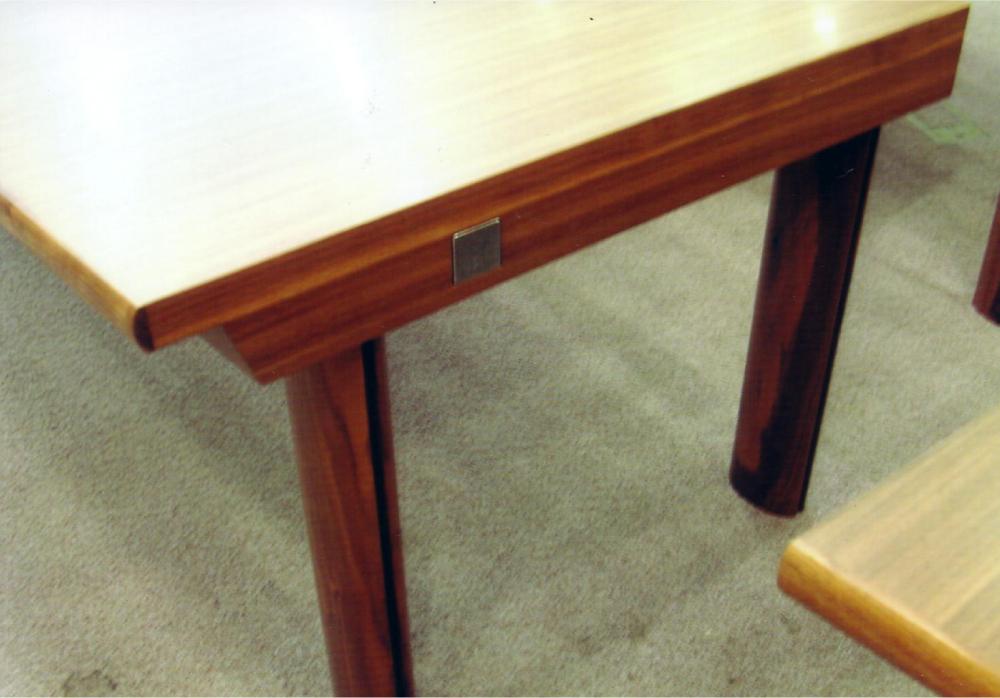 分割使用も可能な会議室テーブル[5]