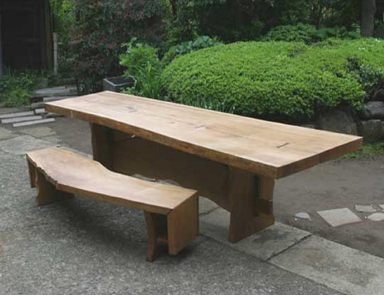 ナラ無垢材の1枚板を使用したテーブルとベンチ1